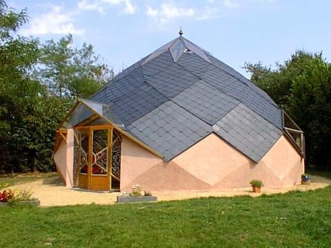 La maison autonome, indépendance énergétique et alimentaire, écoconstruction, traitement des déchets et récupération de l'eau.